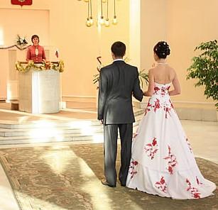 жених и невеста ожидают в загсе