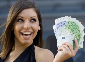 Фото симпатичной и довольной девушки с деньгами