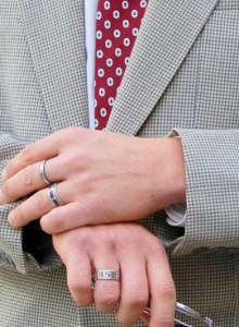 руки по-деловому одетого руководителя