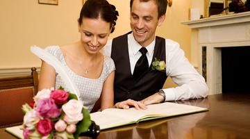 Жених и невеста расписываются
