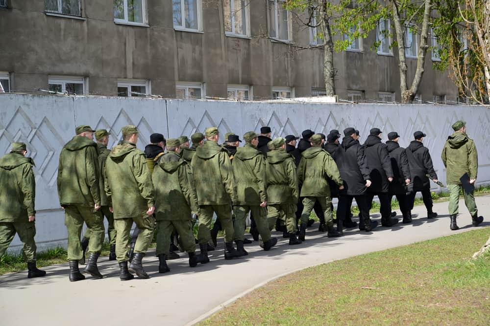 солдаты идут строем