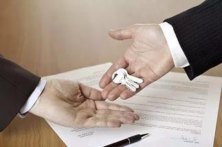 Оформлять сделку передачи в безвозмездное пользование обязательно, договор, даже не зарегистрированный избавит владельца жилья от многих проблем