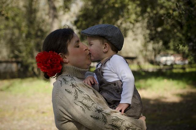мать целует сына