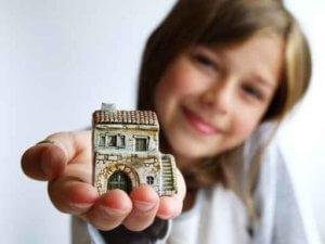 Наиболее простой вариант - участие ребенка в приватизации квартиры