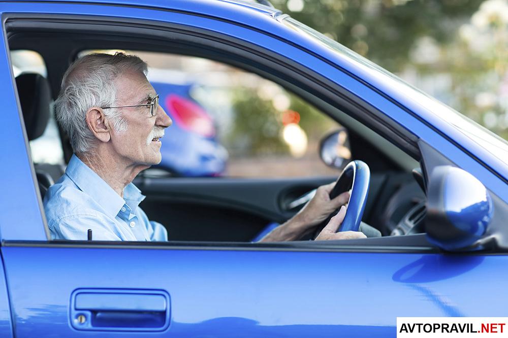Пожилой мужчина, который едет в машине
