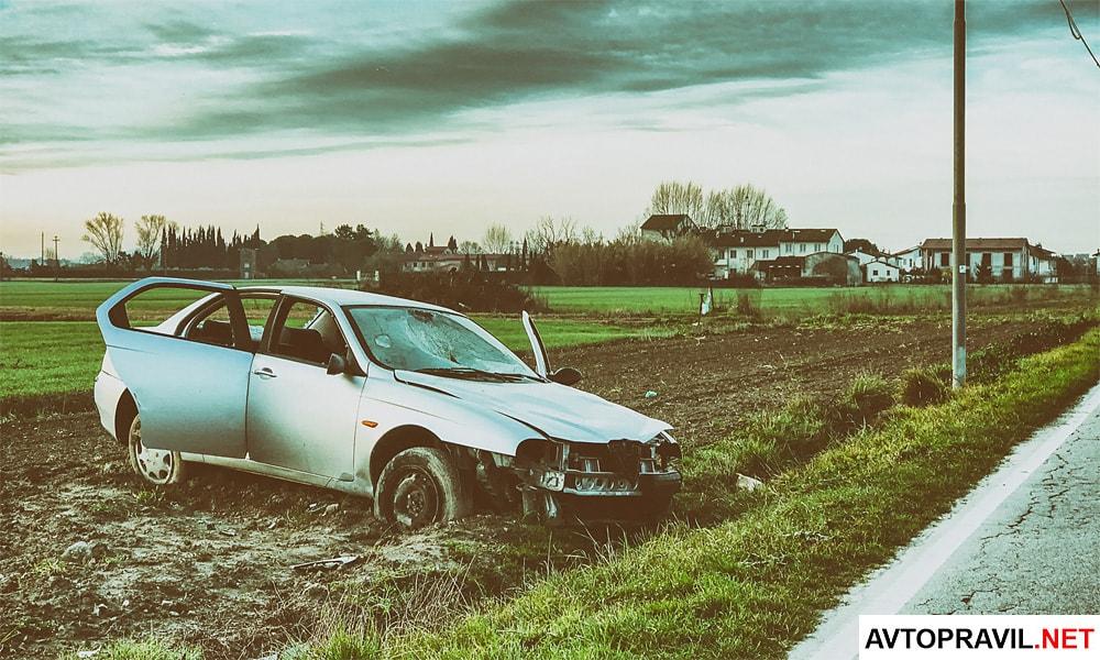 Машина после ДТП, стоящая в поле