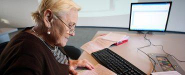 Пенсионерка делает записи