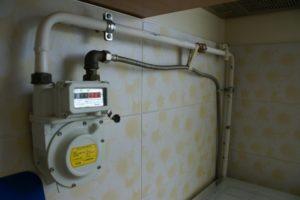 Установка прибора учета потребления газа.