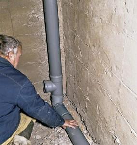 Фото процедуры замены канализационного стояка в ванной