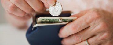 Кладут монету в кошелек