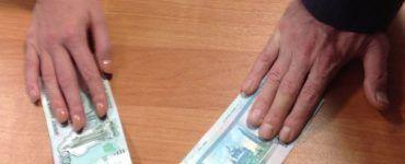 Две руки и пачки денег